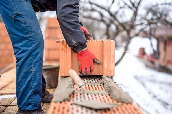 Co vlastně nutí stavbaře pracovat za ztížených povětrnostních podmínek? A proč se vůbec řeší vývoj materiálů, s nimiž lze stavět i v zimě? Na vině jsou termíny, tedy čas. A čas jsou peníze...