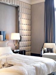 Dokonalou harmonii použitých materiálů zaručuje jejich pečlivě sladěná barevnost. Punc luxusu dodávají interiéru detaily: polštářek zhověziny nakřesílku sčerně lakovanými područkami, efektně propletený chromový podstavec lampy, lesklý lem výklenku ahedvábný lesk textilního obkladu stěny.