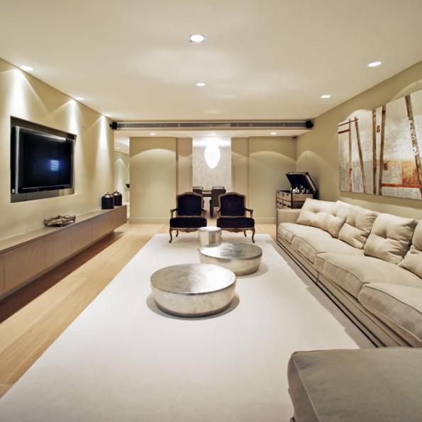 Ústředním motivem tohoto vkusného adecentního glamour interiéru je zajímavě nasvětlená sada stříbrných stolků, která nenápadně zařízené místnosti dodala glanc. Skvělým protihráčem jim je zářící skleněný lustřík vprůhledu dojídelny.