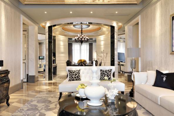 Zářivá symbióza luxusních materiálů, harmonicky sladěných barev, tvarů avzorů je neodolatelně přitažlivá.