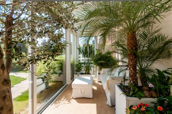 Tvar zimní zahrady by měl harmonicky doplňovat stavbu domu. Když vsadíte na jednoduchý vzhled s přiměřeným množstvím výklenků, ušetříte si finanční náklady a starosti s realizací složité konstrukce, jež by mohla způsobit problémy s prouděním vzduchu a tím vznikem nežádoucí nadměrné vlhkosti. (Zdroj: Deceuninck)