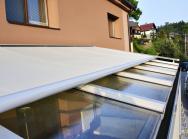 Když je slunce přespříliš, kregulaci solárních zisků spolehlivě poslouží markýza pro zimní zahrady Gardena 300, ukotvená přímo nakonstrukci aovládaná pomocí elektromotoru.
