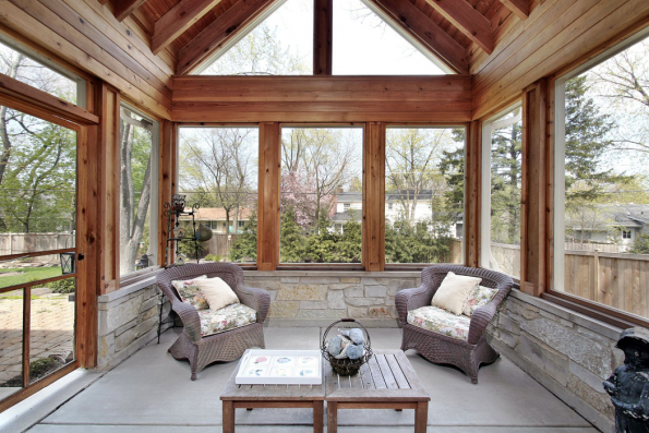 Celoročně užívané zimní zahrady vyžadují kvalitní základovou plochu, konstrukci, opláštění izastřešení, efektivní stínění, vytápění, odvětrání adalší náležitosti. Přirozené oslunění terasy se totiž přes den iběhem roku výrazně mění aje třeba kalkulovat sdispozicemi domu, se vzrůstem arozmístěním okolních stromů, se vzdáleností avýškou okolní zástavby asmnoha dalšími aspekty.