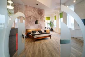 Showroom společnosti Dekre přihlášený v jedné z kategorií veřejného interiéru využívá napínané textilní stěny Smart Walls. Autorkou je Olga Kahlová.