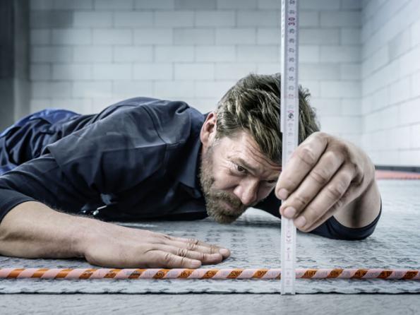 Víte, že plošné podlahové vytápění, respektive chlazení, lze realizovat jednoduše a hlavně rychle? Ktomuto účelu vyvinula firma REHAU systém pro suchou pokládku spřiléhavým názvem RAUTHERM SPEED K. Je vhodný pro novostavby i rekonstrukce. Plošné podlahové vytápění, případně i chlazení je mimořádně efektivní a ekonomický způsob, jak doma udržovat příjemnou tepelnou pohodu a současně se neobávat vysokých doplatků za energie. Systém lze napojit na jakýkoliv druh kotle, což jej dělá velmi flexibilní. (Zdroj: REHAU)