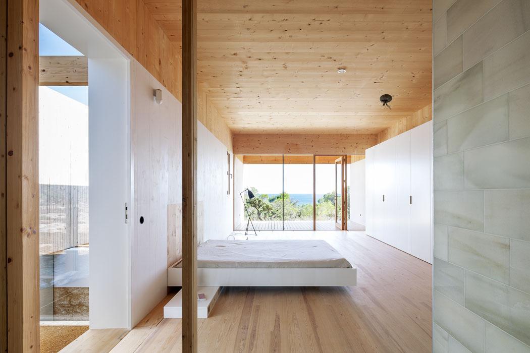 Všechny místnosti jsou zařízeny velmi účelně, převažuje vestavěné vybavení. Velké přesahy střechy stíní okna azabraňují přehřívání pokojů.