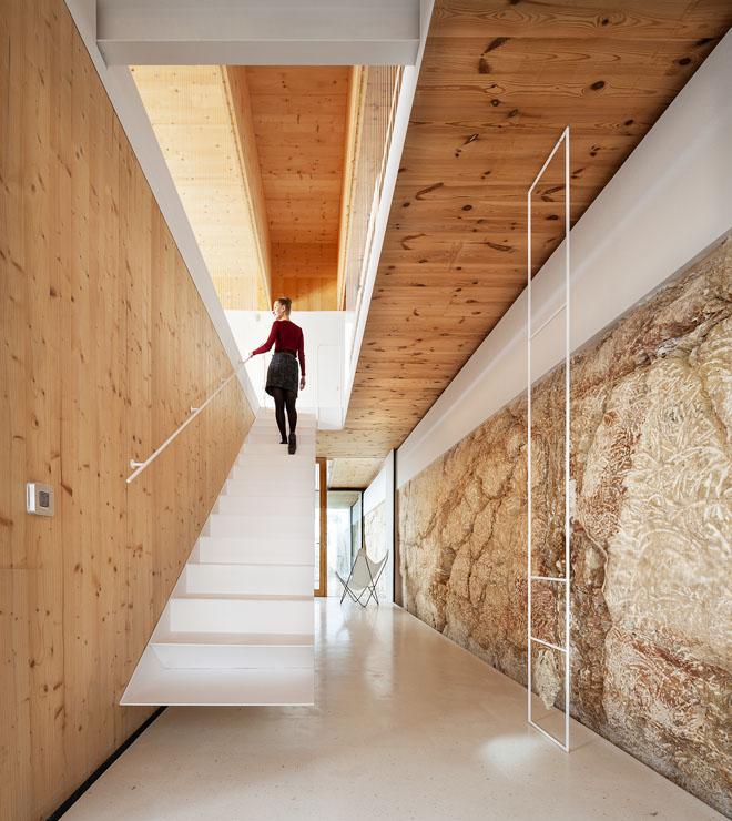 Otevřené subtilní ocelové schodiště propojuje suterén přímo se společnou obývací částí. Dveře vedou jen doexteriéru, doložnic akoupelen.