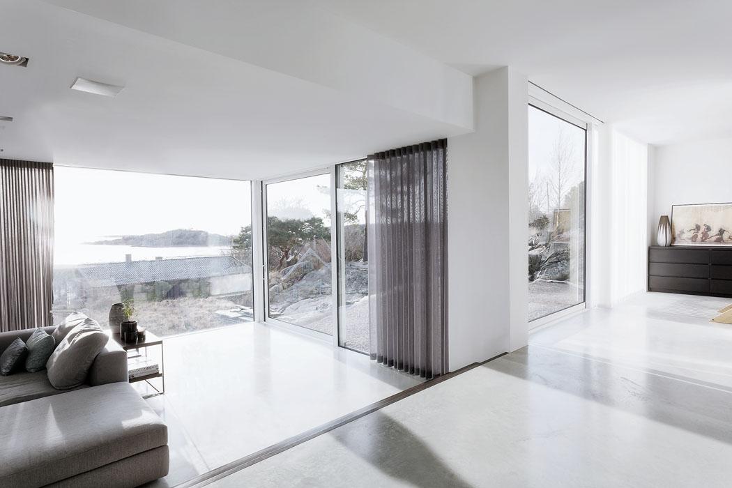 Interiér domu je zařízen velmi nevtíravě, aby vynikly především výhledy dookolí. Čelní pevně zasklená plocha bez sloupků, srámy skrytými vezdivu avpodlaze maximalizuje jak výhled, tak prosvětlení interiéru.