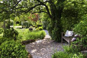 Přívětivých míst, kde se dá nerušeně odpočívat, snít nebo klábosit spřáteli onejnovějších zahradních trendech, je vtomto bujně zeleném království nepočítaně.