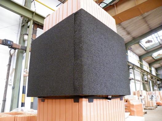 Společnost HELUZ začala dodávat nový parotěsný prostup z pěnového skla Foamglas, který ve střešní konstrukci bezpečně napojí paropropustnou fólii na cihelné komínové těleso. Parotěsný prostup HELUZ z desek Foamglas o tloušťce 50 mm má hned tři výhody: Není difuzní, protože teplota nikdy nedosáhne rosného bodu, brání srážení vzdušné vlhkosti, zároveň představuje tepelněizolační řešení, které zamezí úniku tepla kolem komínu, protože je napojeno přímo na něj. A toto přímé napojení může být provedeno zásluhou toho, že desky z materiálu Foamglas jsou nehořlavé. (Zdroj: HELUZ)