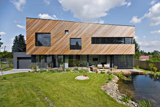 Nejvyšší počet čtenářských hlasů atitul DŮM ROKU 2019 získal dům se soutěžním kódem D06, který navrhl architekt Jiří Zábran (spolupráce Jiří Klouček aŠtěpánka Konopíková).