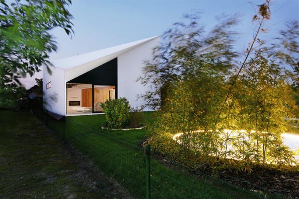 HLASOVÁNÍ ODBORNÉ POROTY  Domy do 150 m2  1. místo získal dům se soutěžním kódem D04, autoři návrhu Peter Gonda a Márius Žitňanský