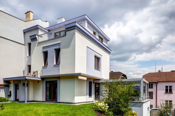Rekonstrukce ani přístavba zimní zahrady nijak nenarušily autentický ráz budovy, postavené ve funkcionalistickém stylu.