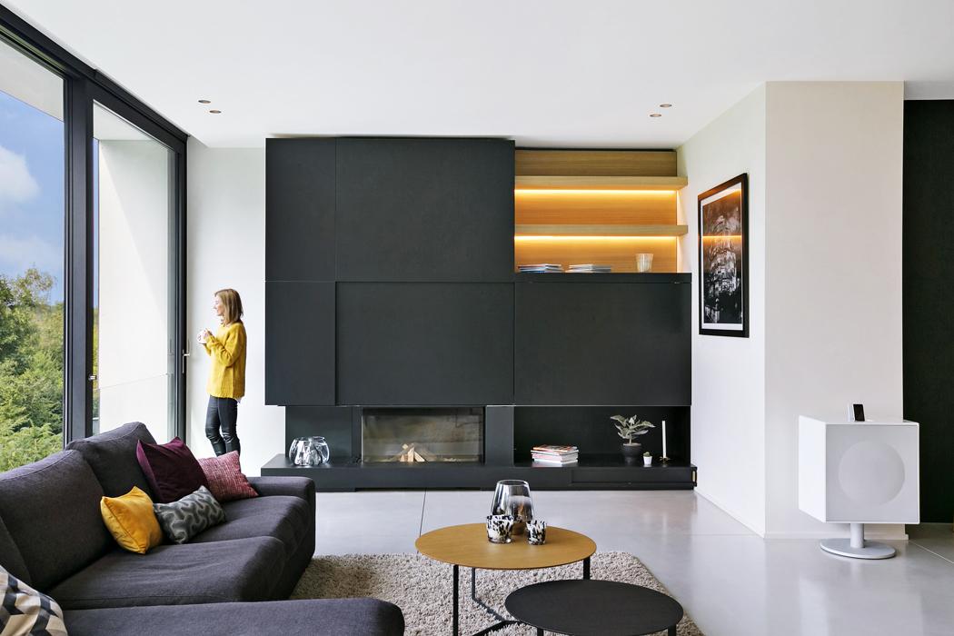 Nakrbovém tělese se objevují antracitové cementovláknité desky, které představují další spojení interiéru domu sexteriérem.