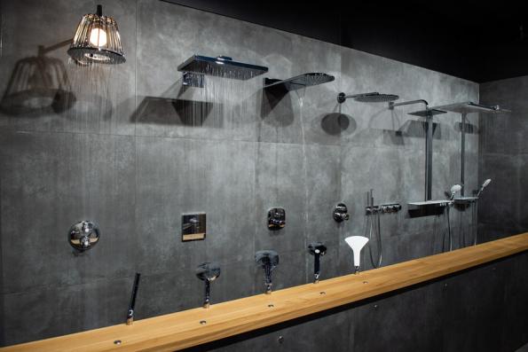 Stěna s tekoucími sprchami. Funkční sprchové hlavice, u kterých můžete vyzkoušet všechny varianty sprchových proudů nabízených na současném trhu. Můžete pocítit intenzitu přívalových, masážních, speciálně provzdušněných proudů nebo rychlé střídaní teplé a studené vody. (Zdroj: MARO)