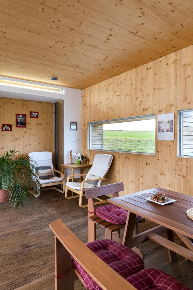 V hlavní obytné místnosti najdete i jídelní kout se stolem. Tato místnost se vyznačuje  dostatkem denního světla i volného prostoru a rodina zde tráví většinu času.