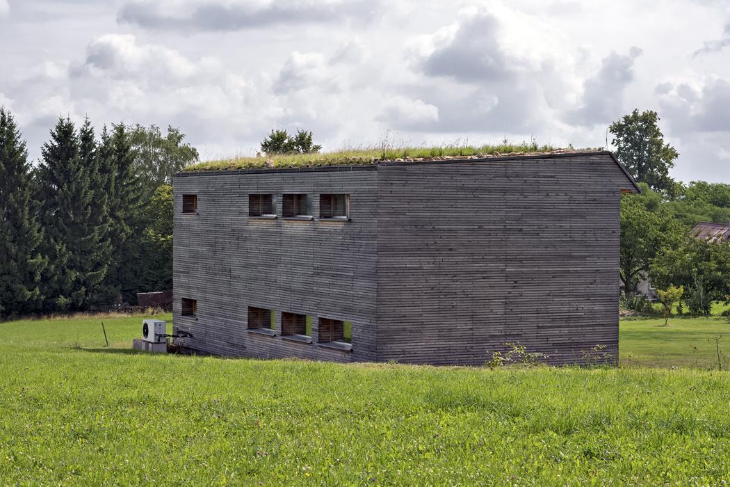 Jedním z cílů architekta bylo navrhnout dům v takové podobě, aby byl co nejméně rušivý pro okolní krajinu,například použitím zelené střechy a fasády z modřínových prken.