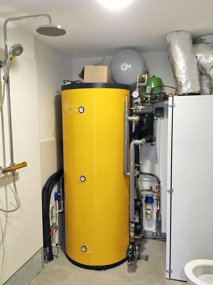 V technické místnosti je kromě tepelného čerpadla instalován zásobník na teplou vodu, do kterého jsou zapojeny tři termosolární deskové panely. V místnosti je též sprcha a toaleta.