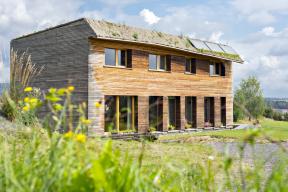 Hrana přesahu střechy není rovná, což není chyba, ale záměr. Zakřivenost hrany totiž reflektuje změny slunečního osvitu během dne v návaznosti na efektivní zastínění fasády a oken.