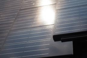 Společnost Terran přichází s novou betonovou taškou Generon s integrovaným fotovoltaickým panelem. Produkt je výsledkem osmnácti měsíců výzkumu a vývoje. Fotovoltaické články jsou umístěny přímo do povrchu střešní krytiny, a střecha tak vypadá esteticky a elegantně. Výrobek v sobě kombinuje roky zkušeností s výrobou střešních krytin a nejnovější technologie v oblasti využití obnovitelných zdrojů energie. Energetických úspor tak lze dosáhnout bez ústupků na straně estetiky a designu. (Zdroj: Mediterran)