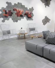 Dlažba Industria vbarvách cementu (výběr je odšedé přes béžovou poantracit), položená sminimálními spárami, dokonale imituje betonovou podlahu (JIKA)