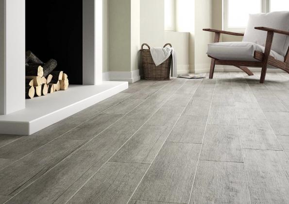 """Série Rustica jak designem, tak formátem (19,5 x 84cm) vytváří dojem masivní prkenné podlahy. Nabízí se vetřech odstínech, nafotografii """"kouřová"""" Rustica Gris (JIKA)"""