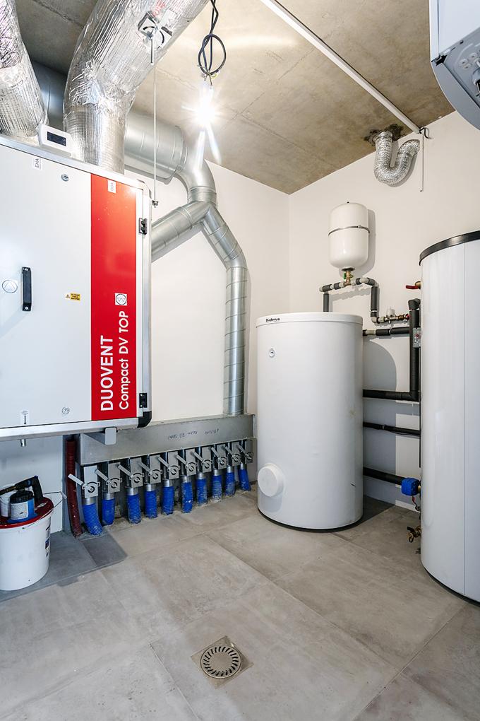 """Technická místnost s rekuperační jednotkou, teplovodními zásobníky a dalšími technologiemi představuje neviditelné """"druhé srdce"""" domu."""