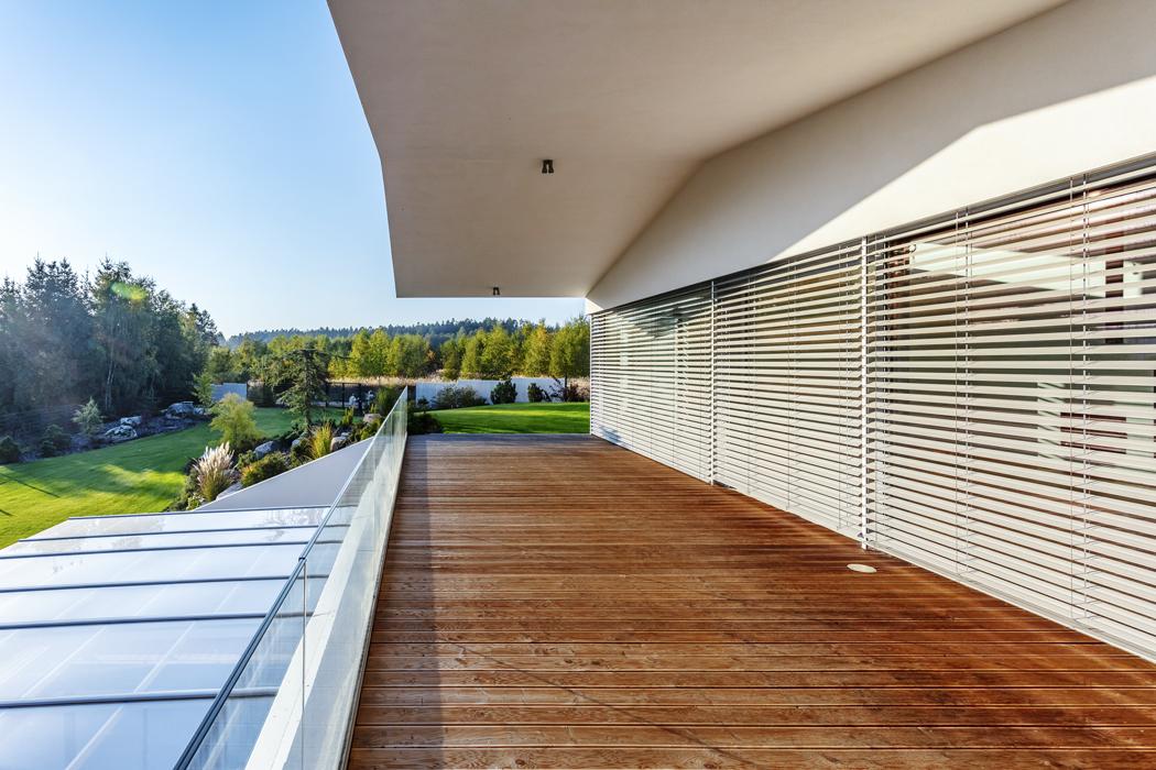 Terasa s výrazným zastřešením a masivní dřevěnou podlahou po velkou část roku zdvojnásobuje plochu hlavní obytné místnosti, s níž je bezbariérově propojena.