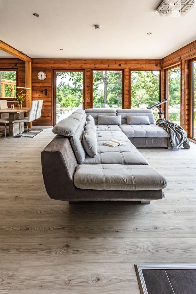 Sedací souprava je orientována tak, aby si sedící mohli co nejvíce vychutnat výhled na jezírko a úchvatnou okolní přírodu.