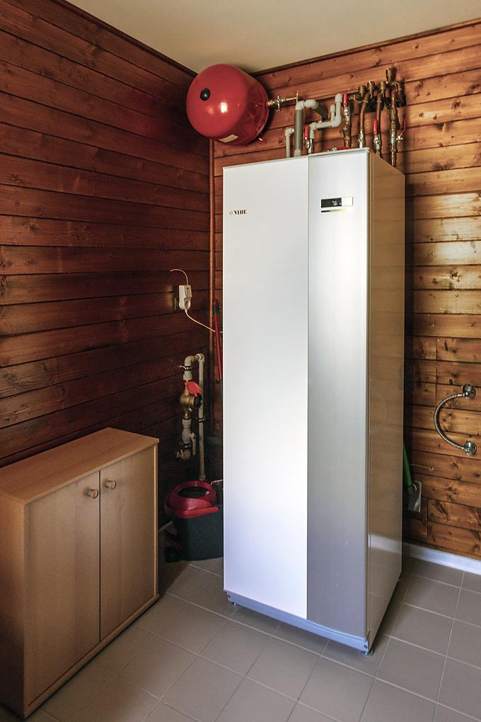 V technické místnosti se nachází vnitřní jednotka tepelného čerpadla NIBE systému vzduch/voda, vnitřní jednotka má v sobě i velký bojler, který umožní plnohodnotné vysprchování 3–4 lidem.