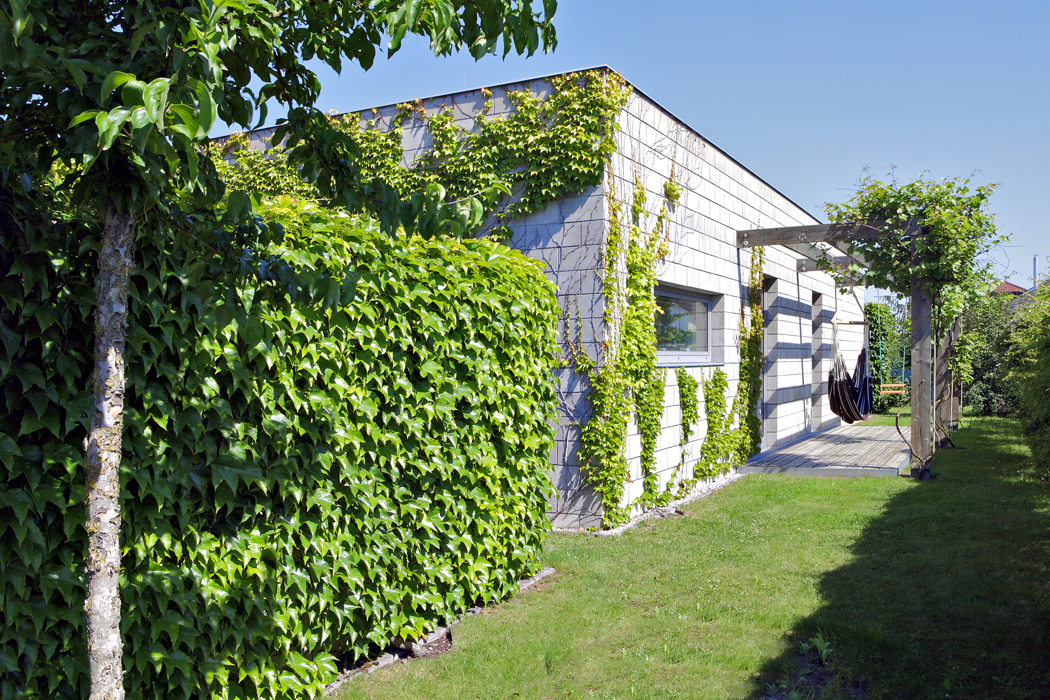 Obvodový plášť zKB bloků splňuje ideálně představu majitelů domu obezúdržbovosti. Porůstající zeleň postupně skryje strohou šeď adům se stane přirozenou součástí zahrady.