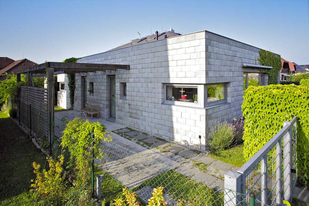 """""""Naší představou byl pohodlný, jednopodlažní bezbariérový dům pro rodinu sdětmi smírným přesahem dookolního prostoru,"""" říkají majitelé."""