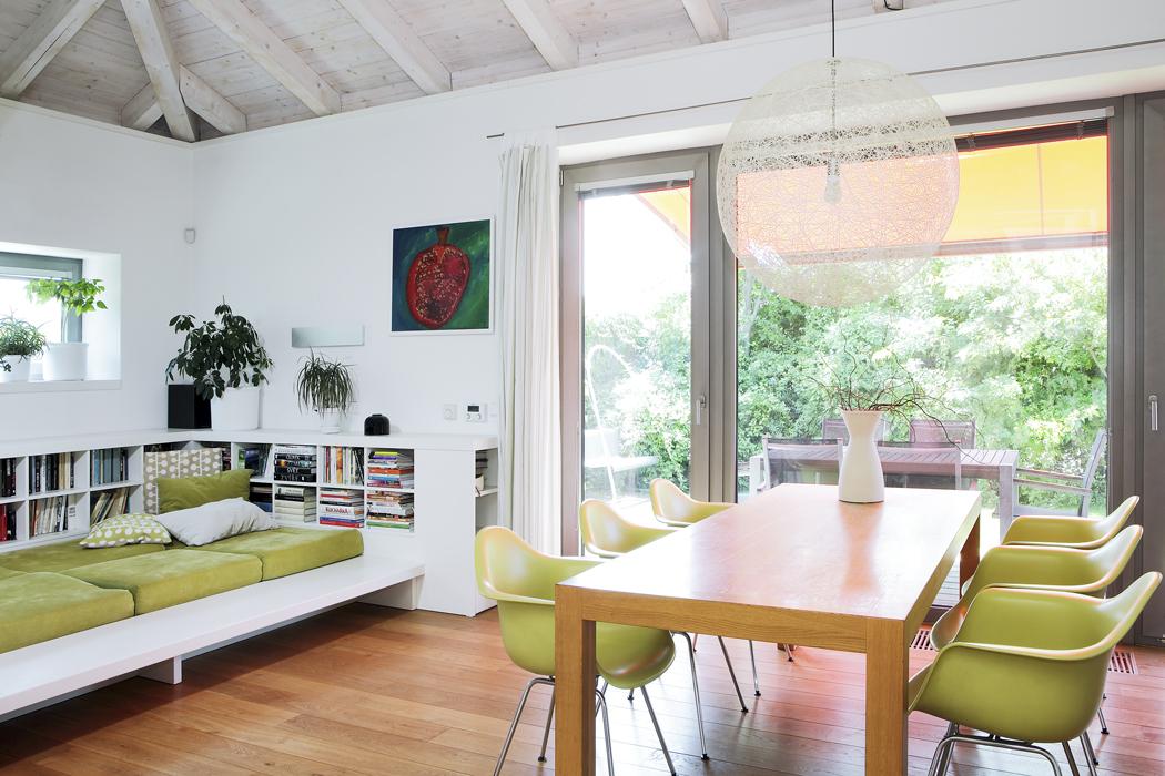 Centrem asoučasně největším prostorem vdomě je společný obytný prostor skuchyní avelkým jídelním stolem. Všemi členy rodiny oblíbené je vestavěné ležení sknihovnou.