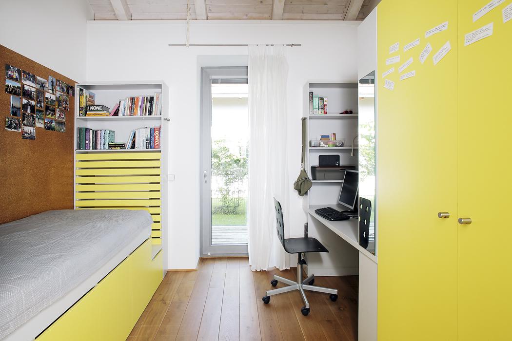Dětské pokoje jsou vkontrastu kbílé hale barevné – jeden je laděný dožlutého odstínu, druhý je vzeleném.