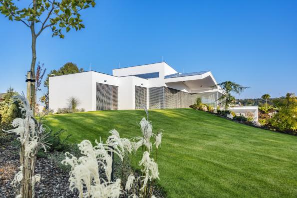 """Architekt David Kraus, kterého majitelé oslovili, aby vypracoval architektonickou studii domu, vzpomíná: """"Stavebník mě překvapil svými znalostmi ze stavebního oboru a řešení domu vycházelo z velké míry z jeho poměrně jasných představ a velkého osobního nasazení."""""""