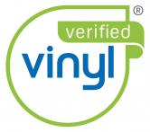 Téma trvalé udržitelnosti získává stále větší význam nejen vodvětví výroby oken ale i vcelém stavebnictví. Označením produktu značkou VinylPlus, první značkou trvalé udržitelnosti pro plastová okna, je nyní tento dobrovolný závazek evropských výrobců PVC okamžitě navenek rozpoznatelný a transparentní i pro koncové uživatele oken. (Zdroj: VEKA)