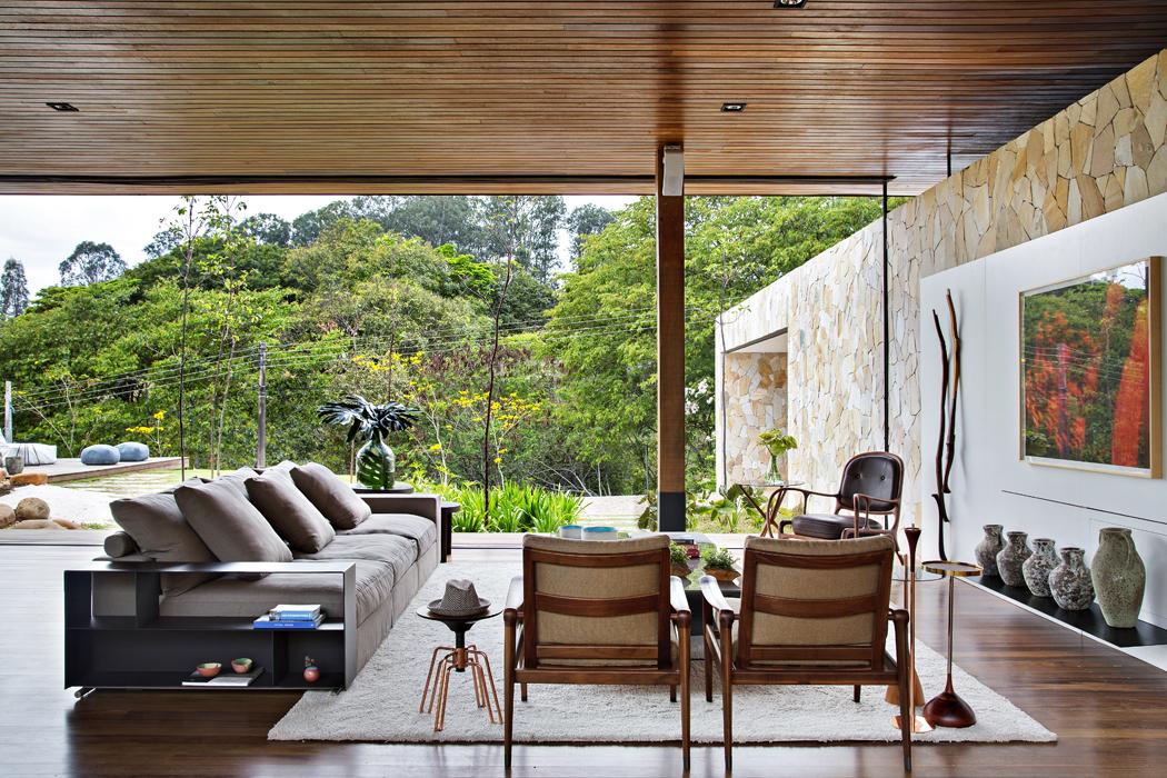 Podlahy anábytek zteakového dřeva akámen zmístních zdrojů krásně propojují interiér domu sokolní přírodou. Zároveň mají optimální tepelnětechnické vlastnosti aspolu sjezírkem zpříjemňují klima vdomě.