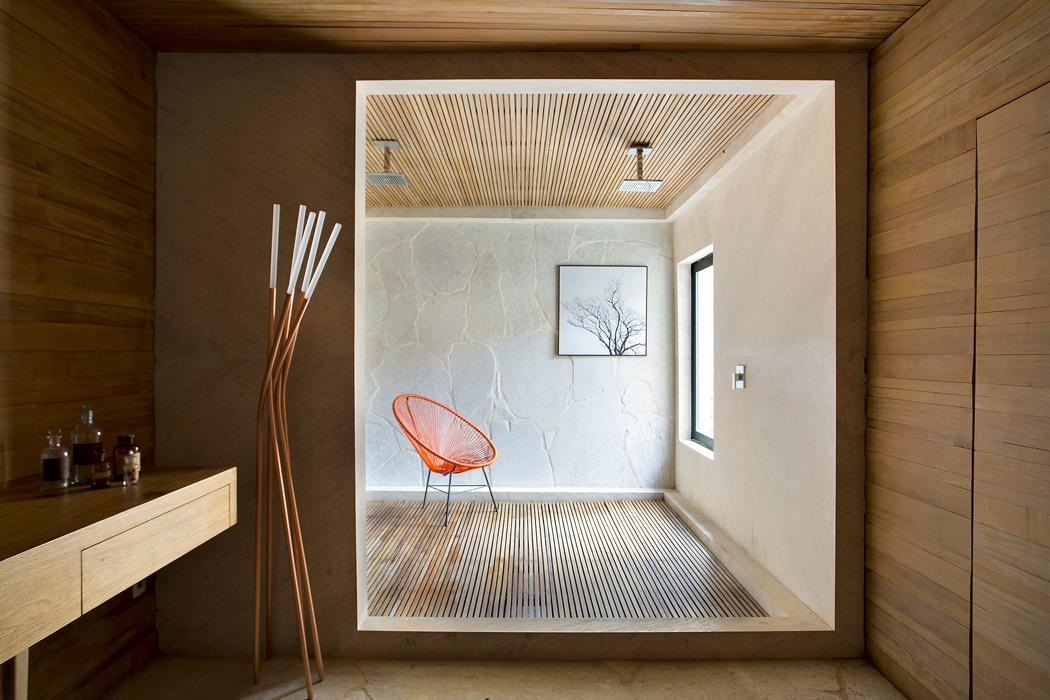 Hlavní ložnice akní náležející šatna akoupelna jsou orientovány naopačnou stranu dozadní části zahrady. Velká koupelna nadřevěném roštu je oddělena vstupním rámem aje pojata jako relaxační ameditační místnost.