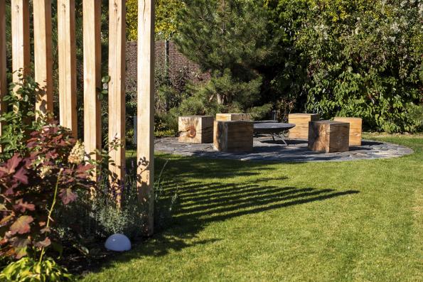 Naprostor pro ohniště je třeba počítat sminimální plochou oprůměru tři metry. Pro menší plochy lze zvolit přenosné ohniště azpevněnou plochu používat třeba jako menší terásku.