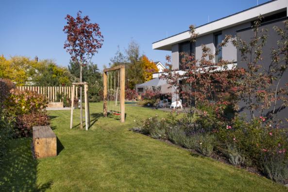 Architekti přitáhli zeleň až kproskleným stěnám domu, vysázeli dostatek velkých stromů apoměrně velkou plochu (asi 30%) zabírají záhony nejrůznějších rostlin.