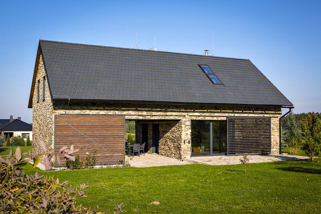 Posuvné prvky nafasádě, vrata ažaluzie, regulují osvětlení, vítr, chrání soukromí aneustále mění vzhled domu.