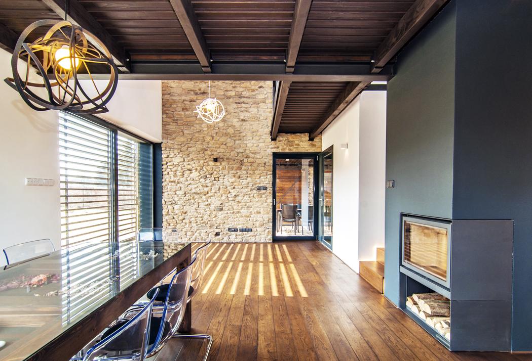 Štítová zeď v obývací hale je ze stejného kamene, který byl použit na fasádě.