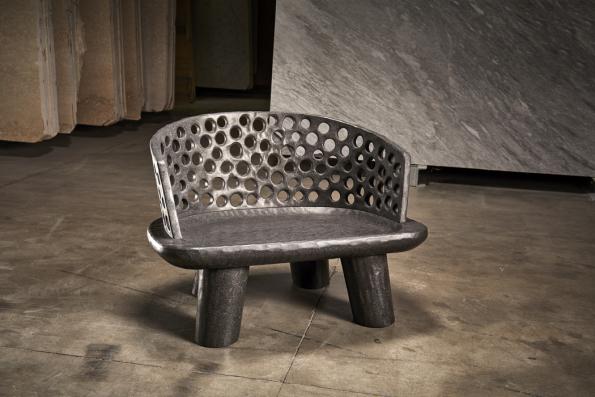 Carve 7 je křesílko vyráběné ručně ztropického dřeva. Veverzi zčerného mramoru, kterou navrhla Paola Navone, neztrácí nic ze své jemnosti alehkosti (Gervasoni)