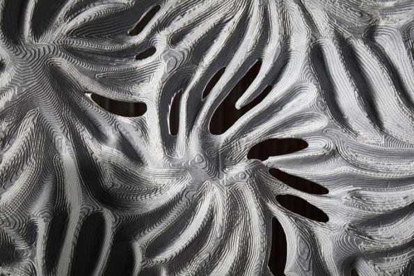Plastická krajková struktura je ukázkou vrcholných možností moderních frézovacích strojů vespojení suměním. Design Jon Isherwood, realizace Garfagnana Innovazione.