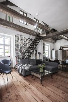 Vinteriéru je krásně zkombinováno staré anové – staré trámy, nové industriálně pojaté schodiště, knihovna, sedací nábytek. Deky apolštáře vjemných nadčasových barvách pocházejí ze studia Timoure et Group.