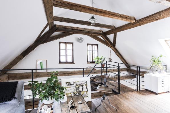 Prostorný ateliér svýhledem dozahrady aromantikou staletých trámů je ideálním místem pro klid iinspiraci ktvorbě.
