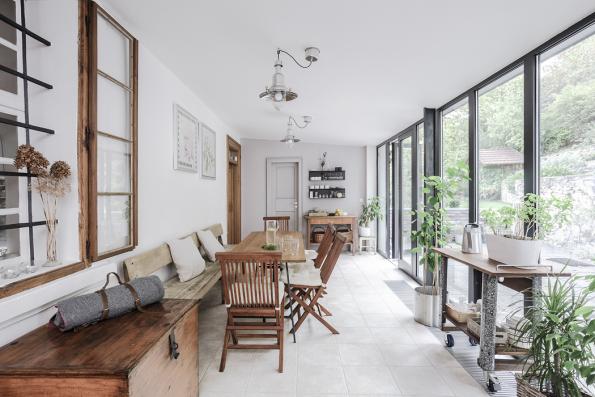 Khistorickému domu je přistavěna moderní zimní zahrada. Plně prosklená stěna má konstrukci zhliníkových profilů avýplně ztepelněizolačních skel.