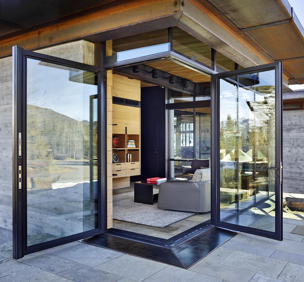 Zóna pro hosty má vlastní malý obývák orientovaný nasever. Díky umístění vesvahu lze odtud přímo vycházet ven.
