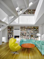 Středem rodinného domu je dvoupodlažní obývací pokoj sotevřeným schodištěm agalerií nahoře. Knihovna přechází zpřízemí nagalerii, prostor má prosklenou stěnu dozahrady aje osvětlen ishora prosklením stropu. Navrhli architekti zateliéru Hipposdesign