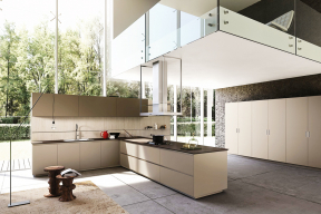 Vprostoru pod sníženým stropem se často umisťuje kuchyň. Čiré skleněné zábradlí odlehčuje vzhled, umožňuje výhled avytváří dojem, že galerie se volně vznáší vprostoru (foto archiv Aran Cucine)